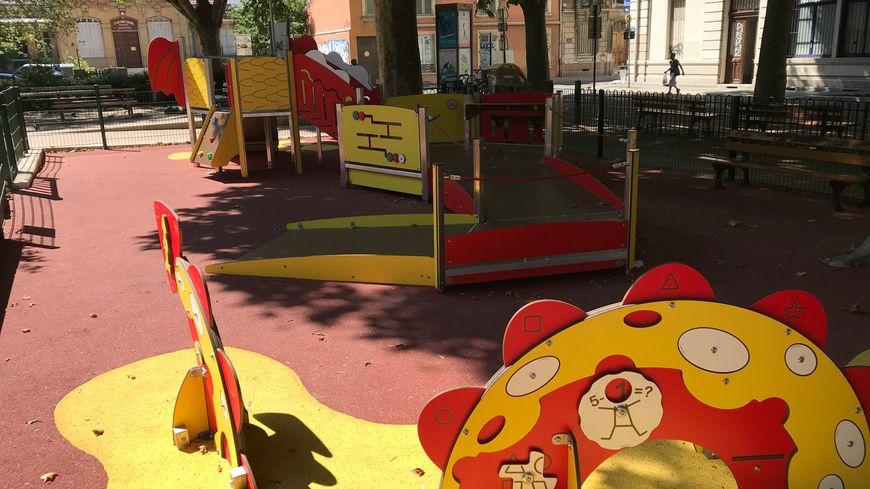 Le parc dispose d'une rampe d'accès pour fauteuils roulants ou ceux ayant des difficultés de motricité. L'objectif est que tous les enfants puissent se rencontrer, jouer ensemble.