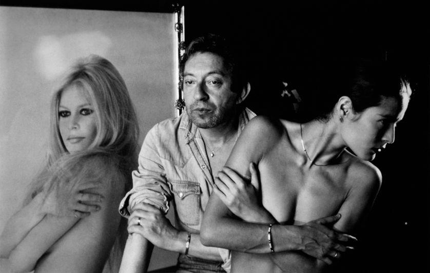 Serge Gainsbourg conserva longtemps le portrait taille réelle de BB dans la maison qu'ils avaient visitée ensemble, rue de Verneuil. Ici avec sa compagne, Bambou en 1980