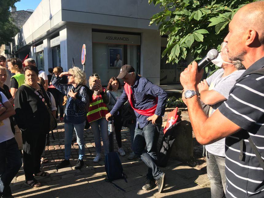 Philippe Poutou s'arrête auprès des manifestants devant le rectorat.