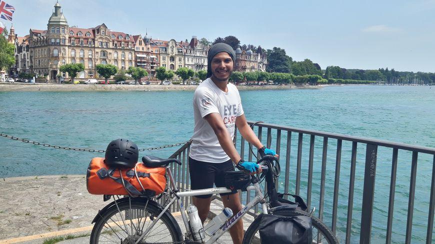 Soufiane Ajana, épidémiologiste bordelais, sur son vélo devant le lac de Constance en Suisse.