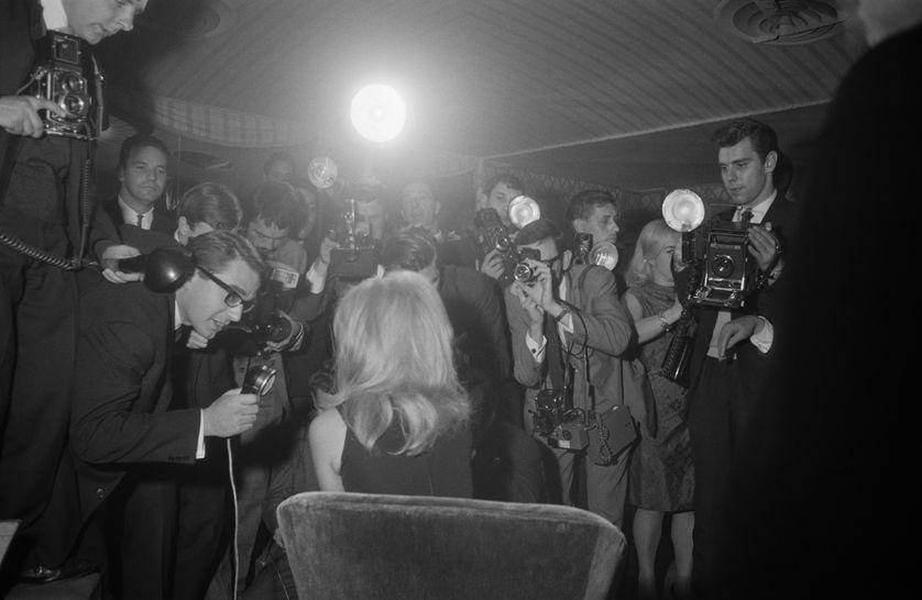 Le dos le plus photographié au monde. Bardot répond aux journalistes en 1963.