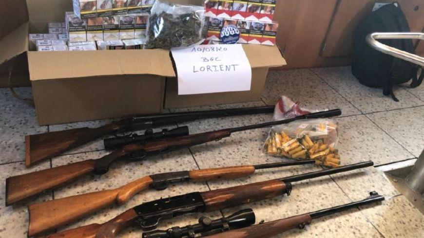 Des armes, des munitions et des cartouches de cigarettes ont été saisies.