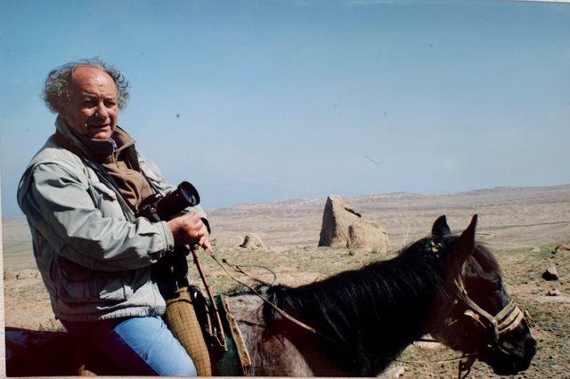 """Michel Renaud, lors d'un de ses voyages en Asie centrale. """"Il adorait prendre des photos"""", nous confie sa veuve, en nous montrant ce cliché"""