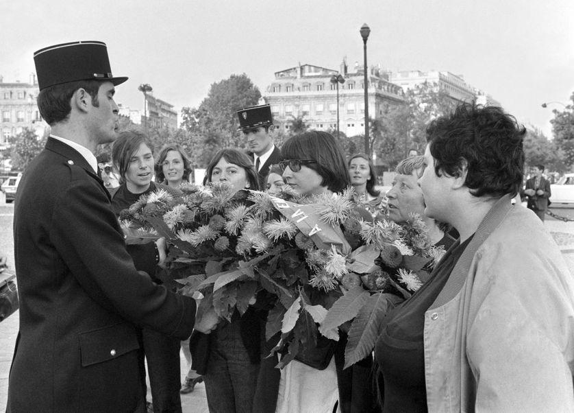 Le 26 août 1970, neuf féministes sont arrêtées alors qu'elles veulent déposer une gerbe de fleurs pour la femme du Soldat inconnu sous l'Arc de Triomphe. Cathy Bernheim, que nous avons interrogée, est à droite de la photo.