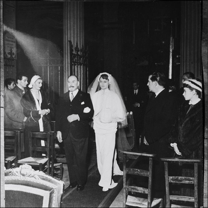 """Charles Bardot, le grand-père de Brigitte, qu'elle appelle """"Le Boum"""", l'accompagne à l'autel. Brigitte se marie pour la première fois en 1952, à 18 ans, avec son premier amour, Roger Vadim."""