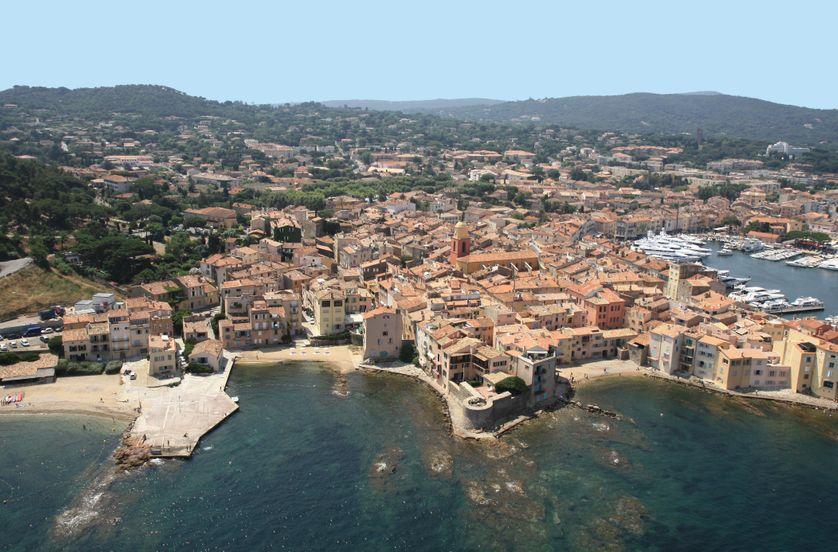 Vue aérienne de Saint-Tropez avec la plage de La Ponche à gauche. Copyright : Alain Vautray.