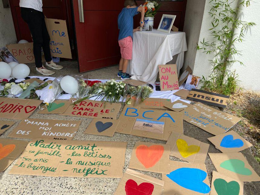 Les pancartes que tenaient les proches de Nadir ont été déposées devant l'entrée de la maison.