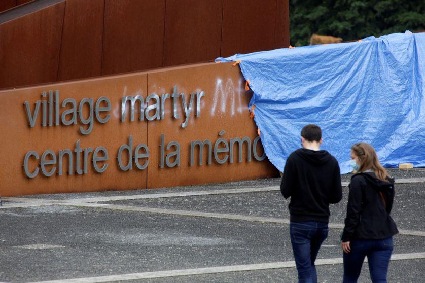 GGraffiti à l'entrée du mémorial d'Oradour-sur-Glane (Haute-Vienne)