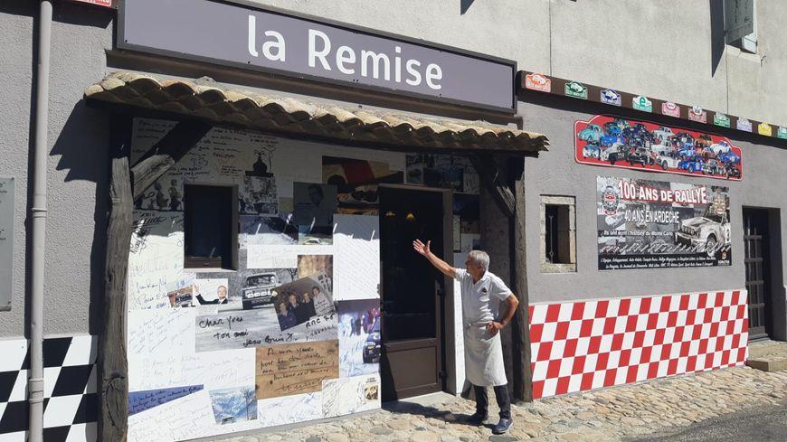 Yves Jouanny devant son restaurant