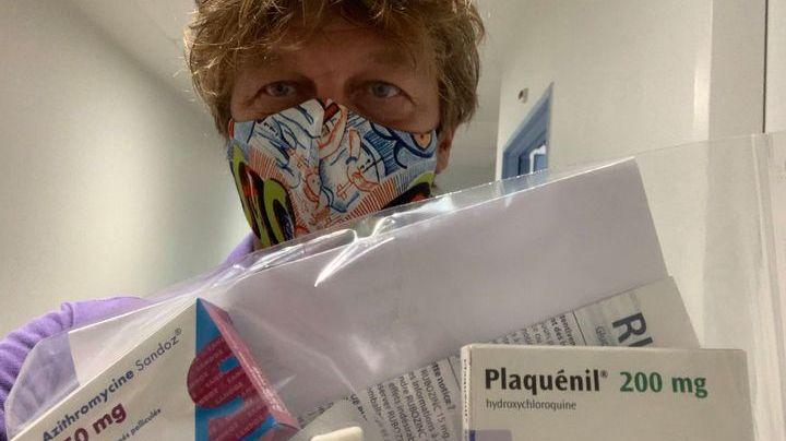 Paul Molga avec le traitement préconisé par le Professeur Didier Raoult.