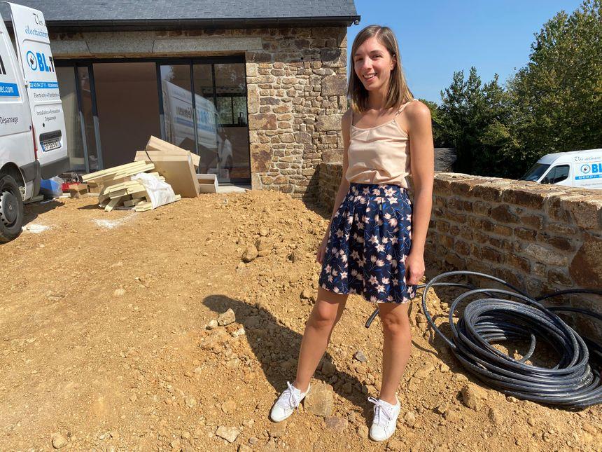 Justine Brunet devant la future maison que le couple fera adapter pour leur fille Louise.
