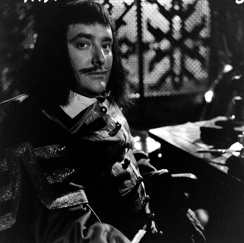 """Roger Carel sur le tournage de """"Ruy Blas"""", pièce de Victor Hugo réalisée pour la télévision par Claude Barma."""