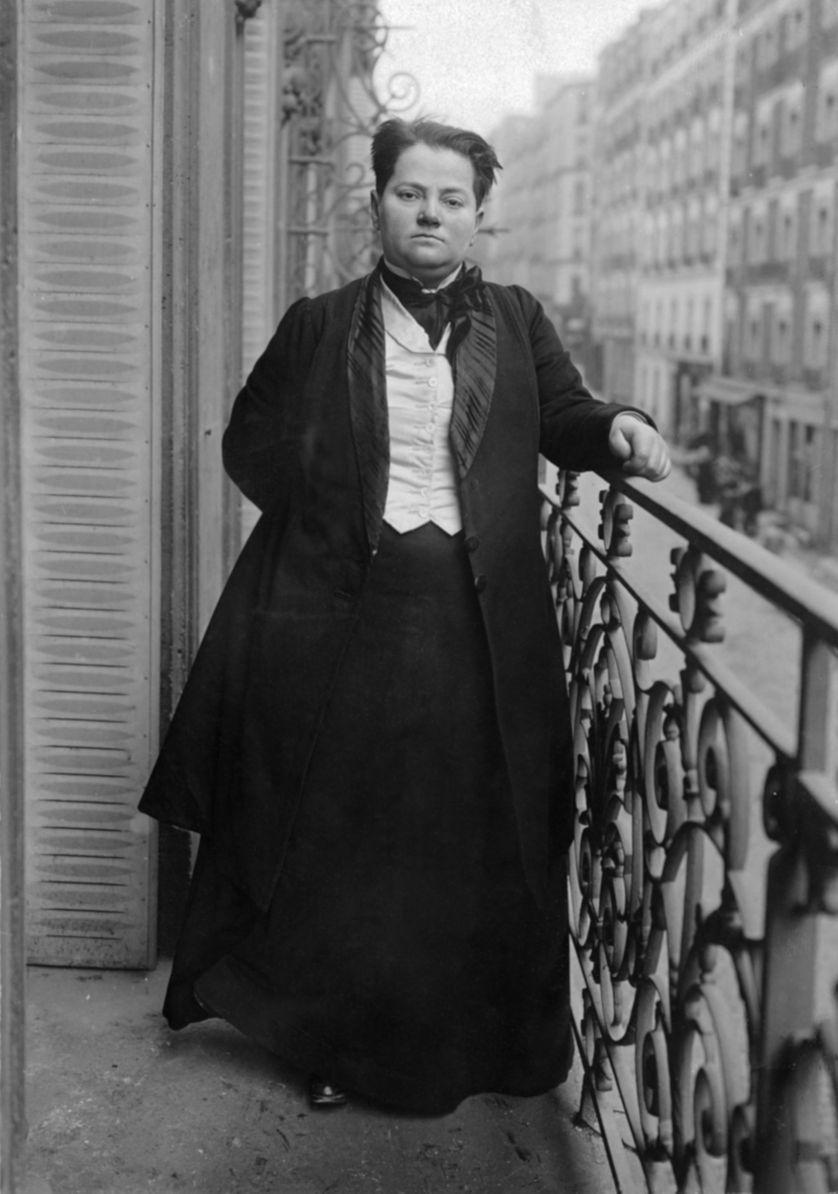 Des vêtements d'homme, un revolver et une candidature aux élections législatives et municipales: la transgression des normes de genre par Madeleine Pelletier, ici à Paris en 1910.