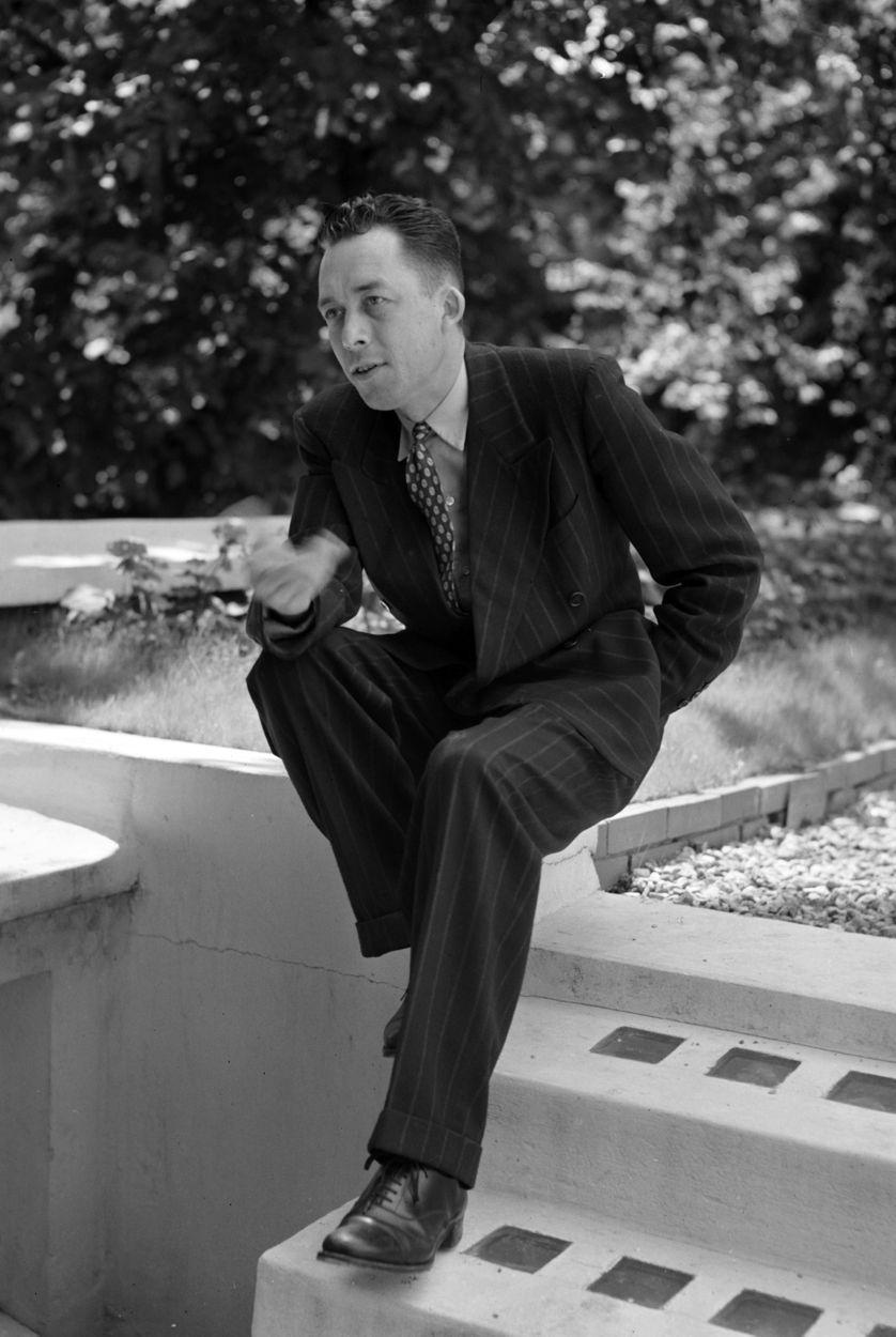 Albert Camus (1913-1960) dans le jardin de son studio à Paris, en 1952.