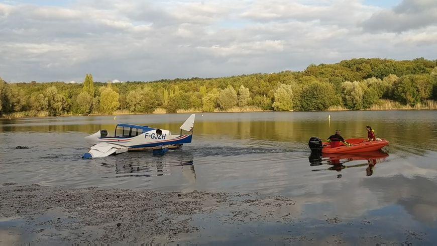 L'avion est tracté sur une barge pour l'amener à l'endroit où il doit être immergé