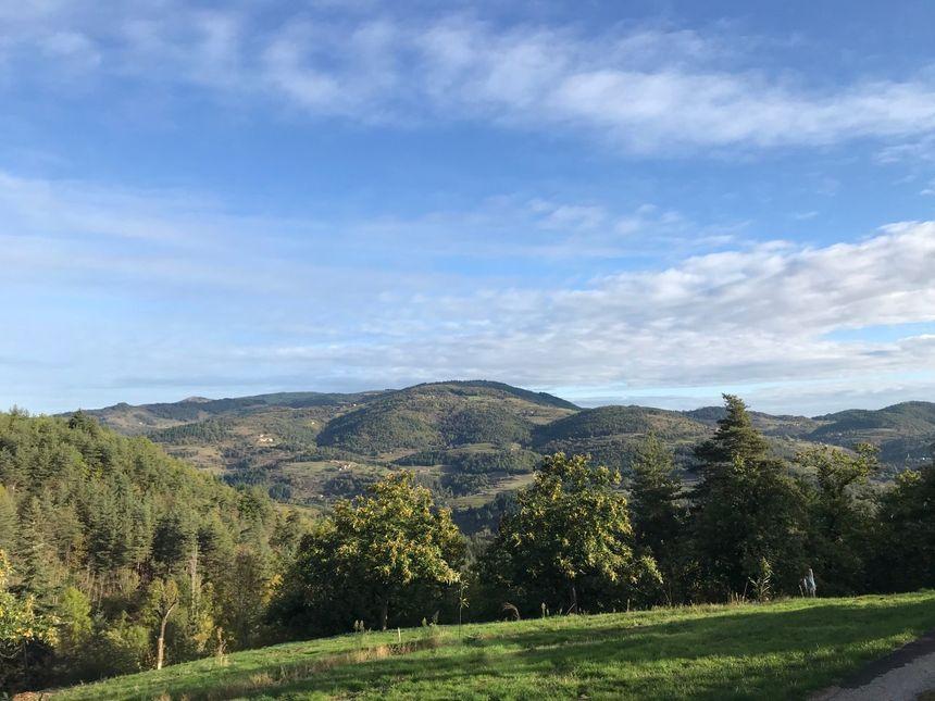 """Vue de la Montagne Ardéchoise depuis la ferme """"La Castagne"""" à Désaignes"""