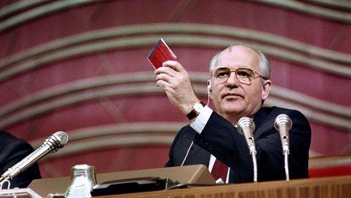 """""""Gouverner"""", une Nuit d'archives sur le thème des Rendez-vous de l'histoire de Blois 2020, avec Alain Juppé (7/11) : Hélène Carrère d'Encausse : """"Gorbatchev est confronté à des évènements qui vont tout seul et il les suit comme il peut"""""""