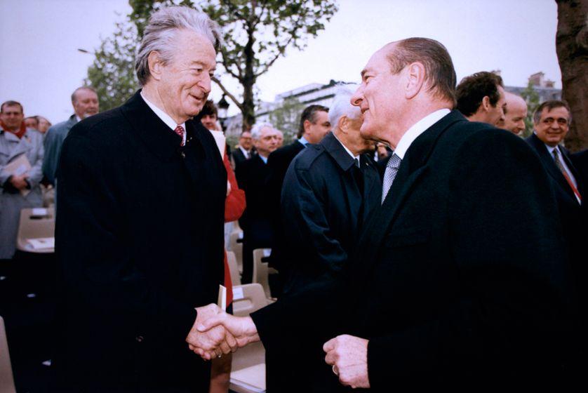 Jacques Chirac et Roland Dumas lors des cérémonies du 8 mai à l'Arc de Triomphe à Paris le 8 mai 1996.