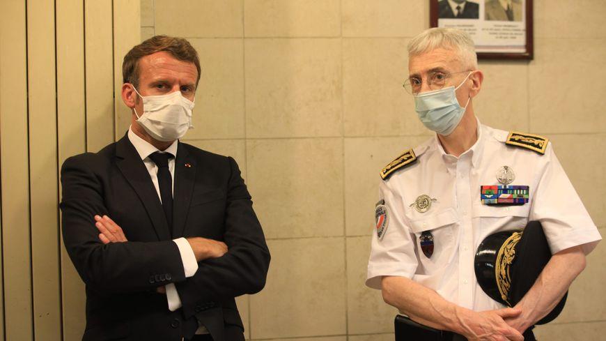 Le président Emmanuel Macron et le préfet de police Didier Lallement lors d'une rencontre les policiers de la BAC en juillet 2020.