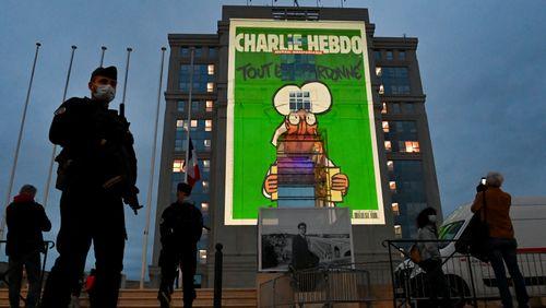 Malgré les boycotts, Emmanuel Macron ne recule pas sur le droit à la caricature