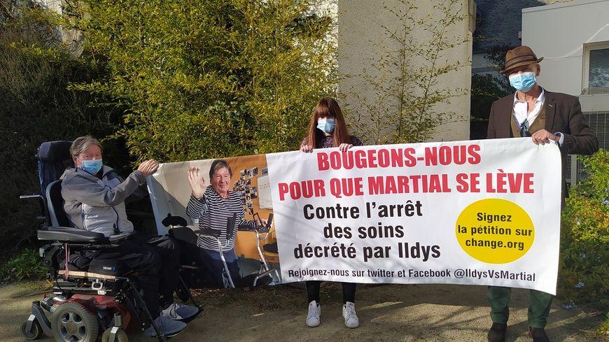 Martial Jaouen (à gauche) est soutenu par sa fille Noémie et son ami Charles Crozon.