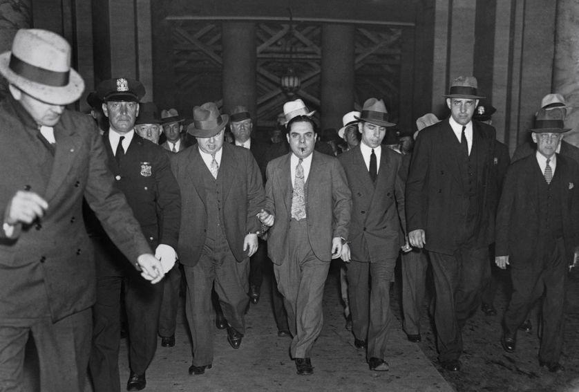 Lucky Luciano, chef de la mafia new-yorkaise, sortant d'un tribunal entouré de ses complices en 1936
