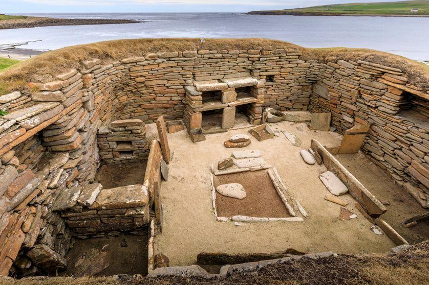 Habitat permanent correspondant à un premier confinement : maison en pierre excavée, située à Skara Brae, dans l'archipel des Orcades en Écosse, datant du Néolithique (v. 3100-2450 av. notre ère).