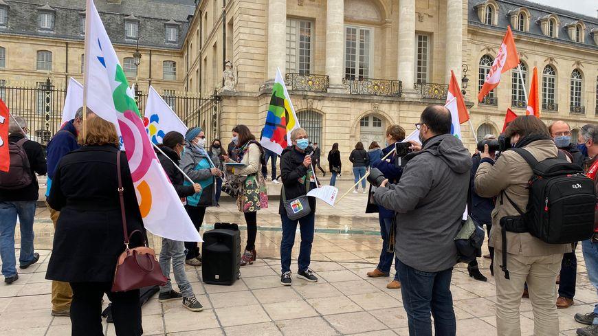 Une cinquantaine de personnes étaient rassemblées place de la Libération à Dijon.