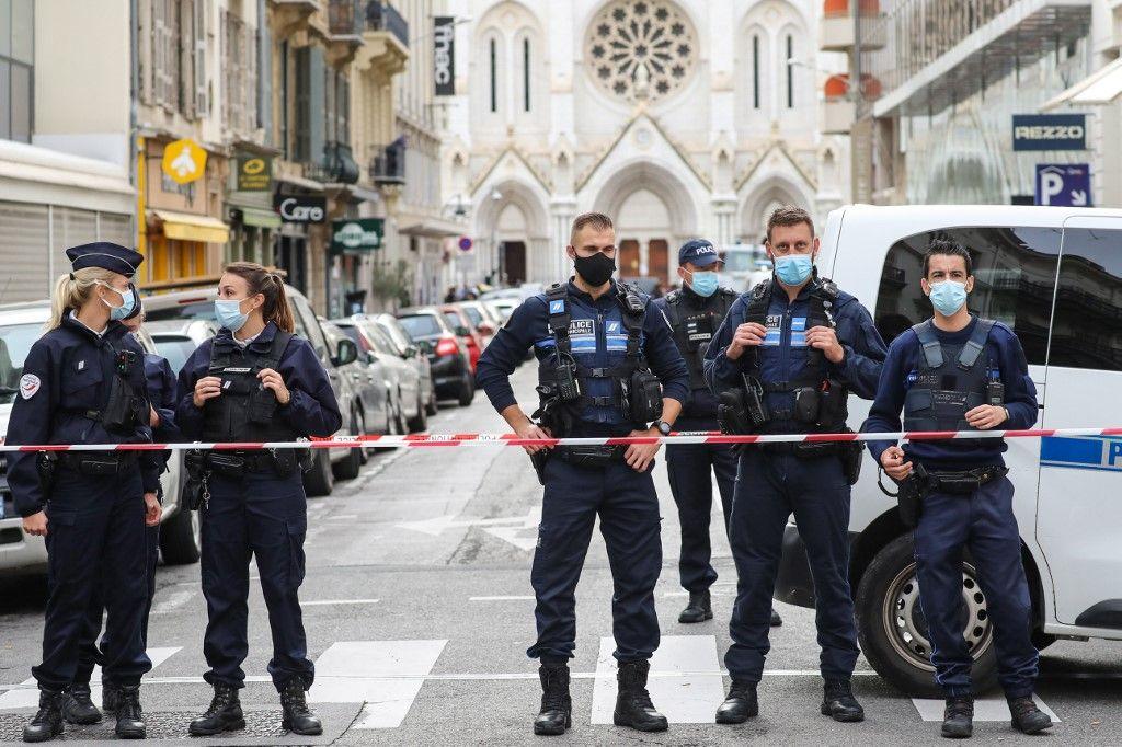 Les forces de l'ordre près de la basilique après l'attaque survenue ce jeudi matin à Nice