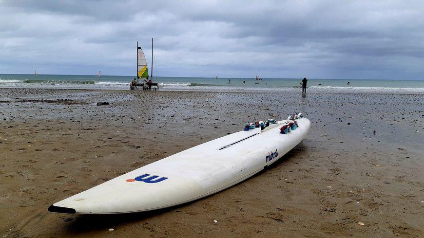Dernières glisses avant le confinement pour les pratiquants de sports nautiques le 29 octobre 2020 sur la plage des Rosaires à Plérin dans les Côtes d'Armor.