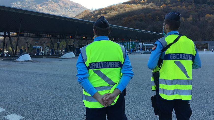 Les gendarmes lors d'une opération de contrôle au péage de Saint-Martin-d'Arc, en Maurienne.