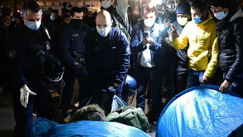 Le gouvernement sommé de s'expliquer après l'évacuation musclée d'un camp de migrants à Paris