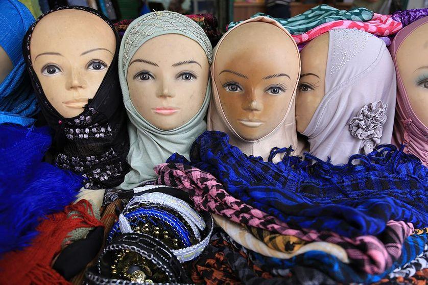 De longue date, le voile musulman est un objet de crispation, qui article non seulement le regard sur l'islam mais aussi des questions de genre.