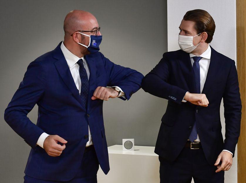 La poignée de mains devrait être le premier geste à revenir après la crise sanitaire. Le 1er octobre 2020, le président du Conseil européen et le chancelier autrichien se saluaient avec les coudes.