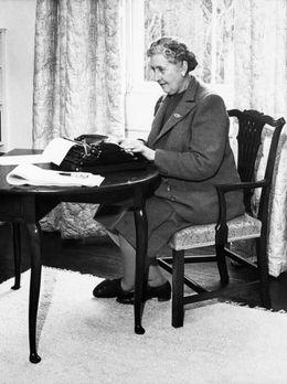 La romancière Agatha Christie (1890 - 1976) chez elle derrière sa machine à écrire. Greenway House, Devon, Janvier 1946.