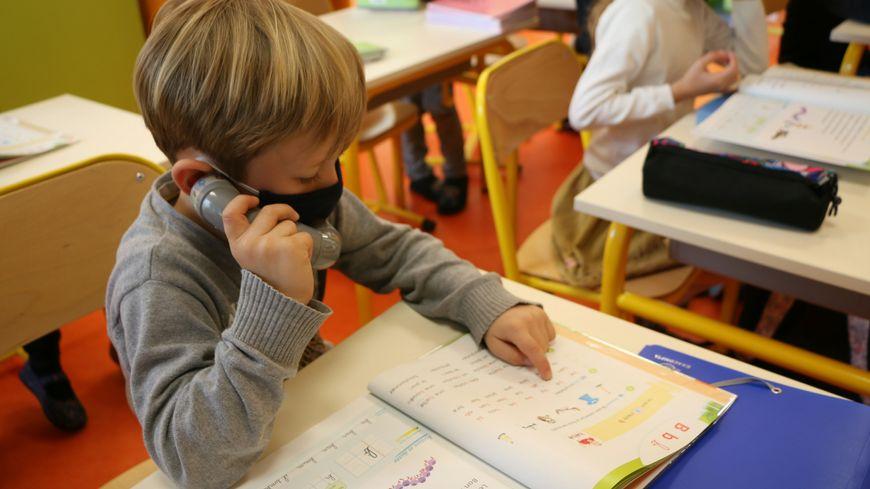 Fabriqué avec des coudes de plomberie, le chuchoteur permet aux enfants de mieux s'entendre.