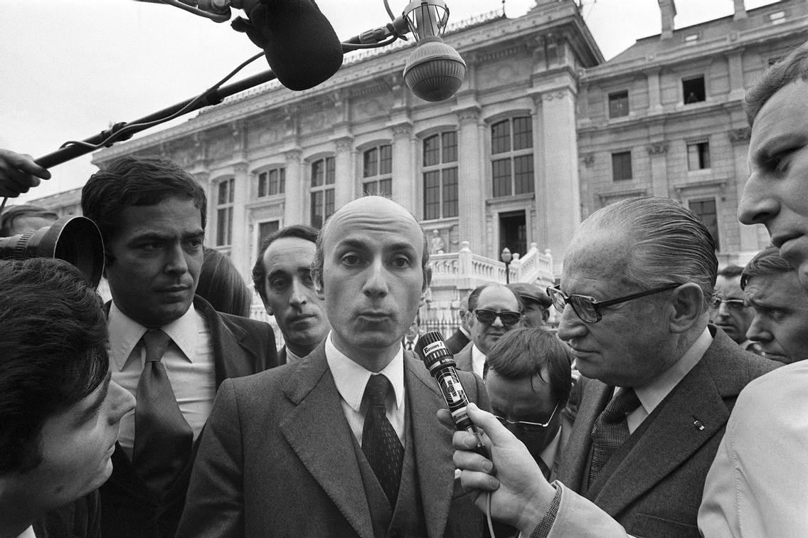 Gabriel Aranda, ex-conseiller du ministre Albin Chalandon, et son avocat René Floriot répondent aux questions des journalistes à leur arrivée au Palais de Justice de Paris le 18 septembre 1972.