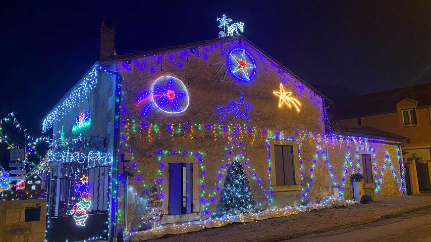 La bonita casa iluminada de Chancelade en Dordoña, atrae a los curiosos para las vacaciones de Navidad