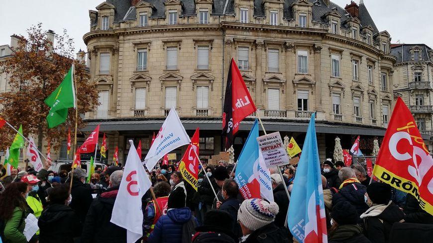 """PHOTOS - Plus de 600 personnes manifestent contre la loi """"sécurité globale"""" et la précarité à Valence"""