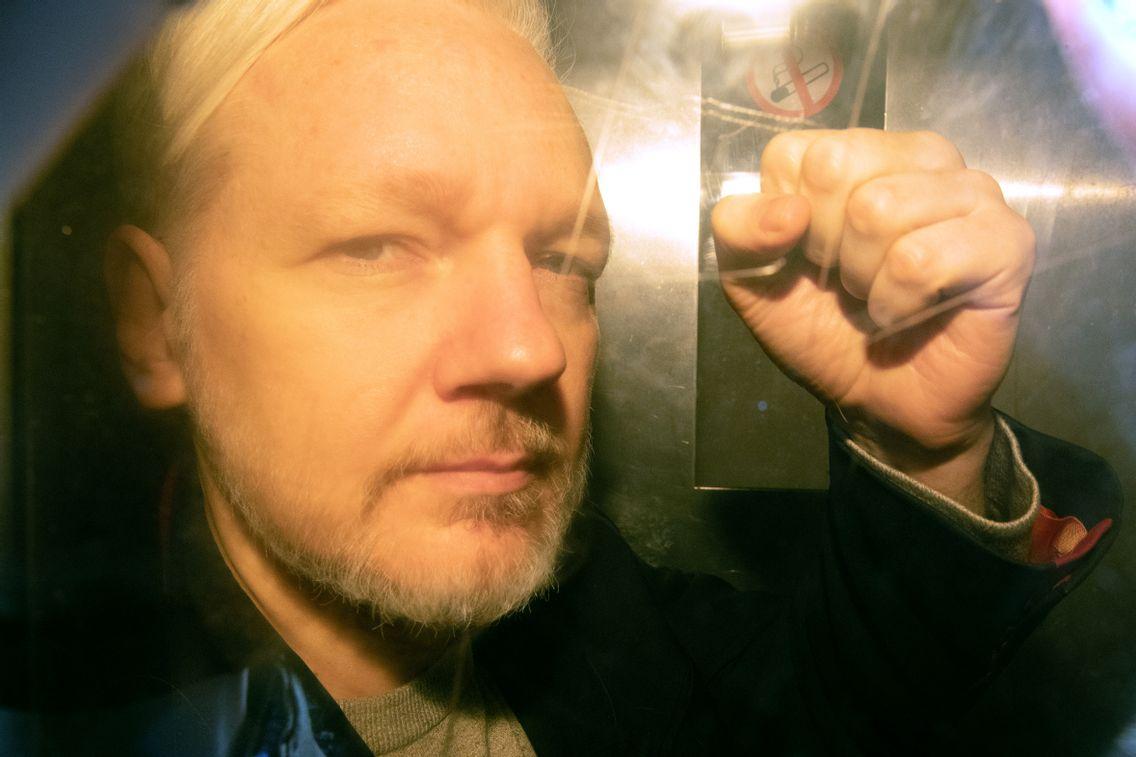 Julian Assange lors de son arrivée au tribunal de Londres le 1er mai 2019 où il sera condamné pour violation de sa liberté conditionnelle en 2012