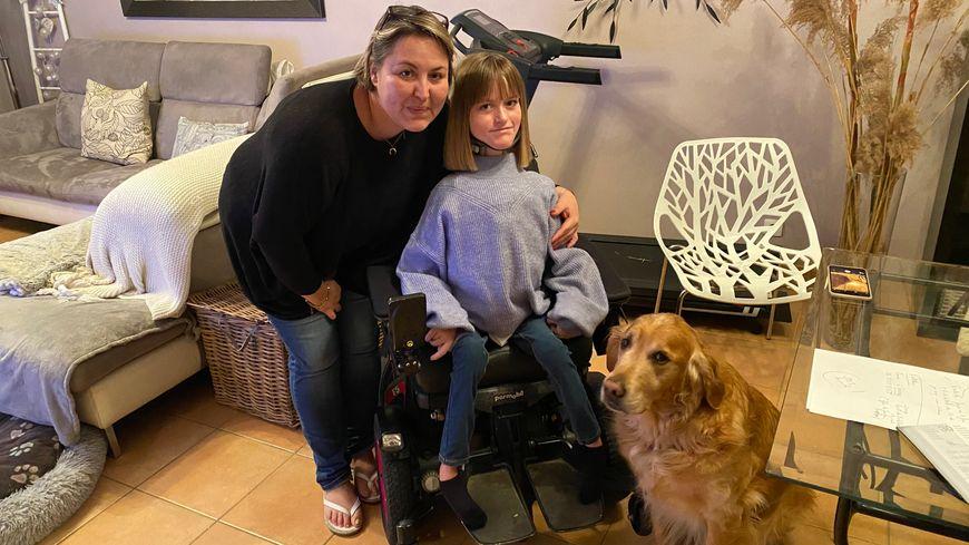 Sandrine, Emma et son handichien dans leur maison à Troissy (Marne)