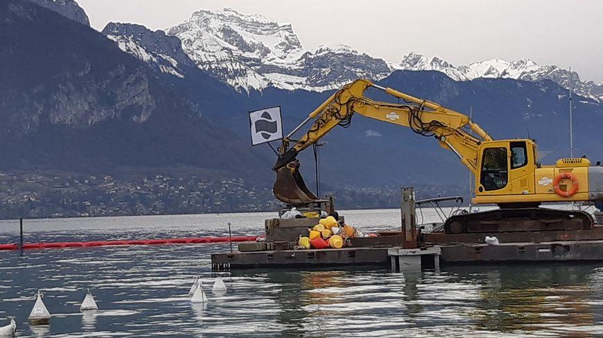 Le chantier de la boucle d'eau, et sa barrière flottante, sont installés quai de la Tournette, près des Marquisats à Annecy