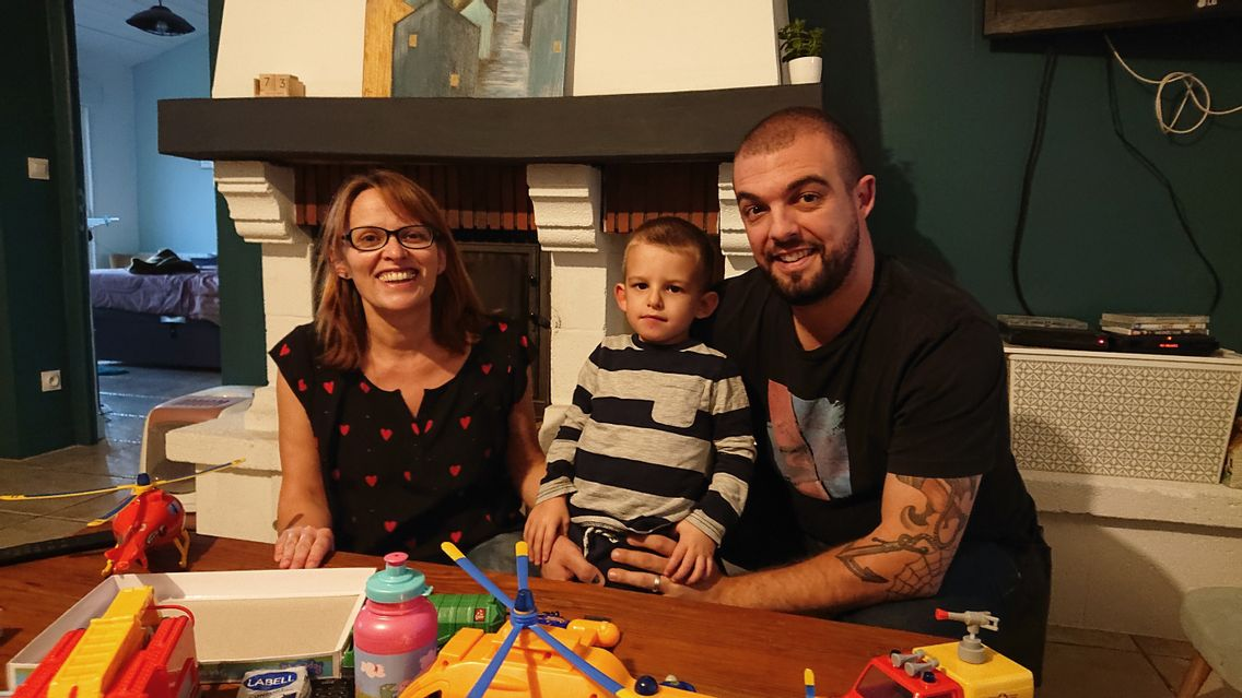 Le jeune Eliott et ses parents