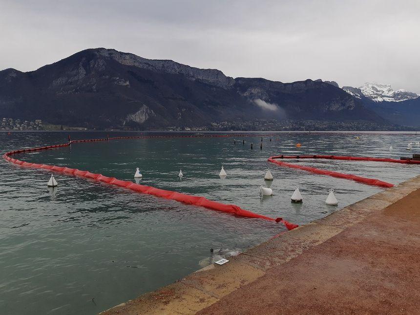 """Une barrière flottante délimite le périmètre de la zone de chantier de la future """"boucle d'eau"""""""