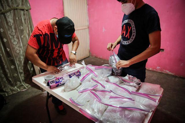 """Celui qui se fait appeler """"El Chapo Jr."""" prépare l'envoi d'un pack de 30 kilogrammes de crystal meth vers Mexico, depuis la périphérie de Culiacán, Sinaloa."""