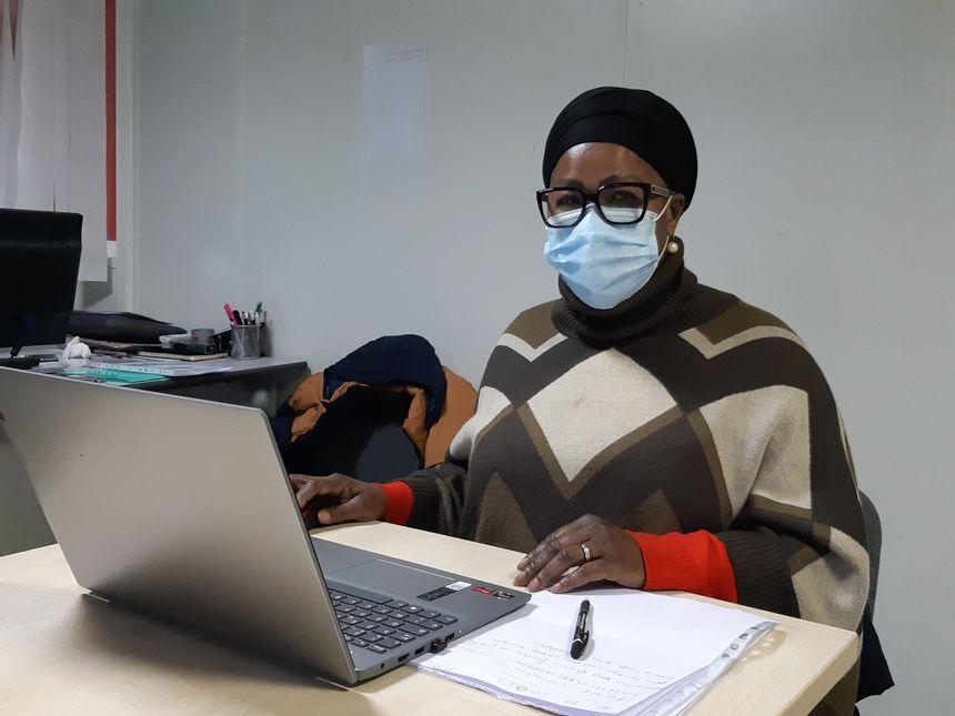 """Geneviève, 55 ans, suit une formation numérique grâce à l'association """"Agir Ensemble"""" à Drancy (Seine-Saint-Denis)"""