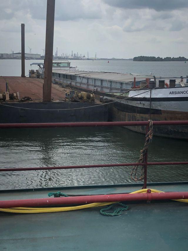 Le navire de drogue MS Arsianco a été confisqué par la police. Il est situé près du port de Moerdjik et doit être vendu.