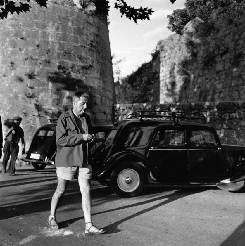 Jacques Prévert (1900-1977) en promenade dans les années 1950.