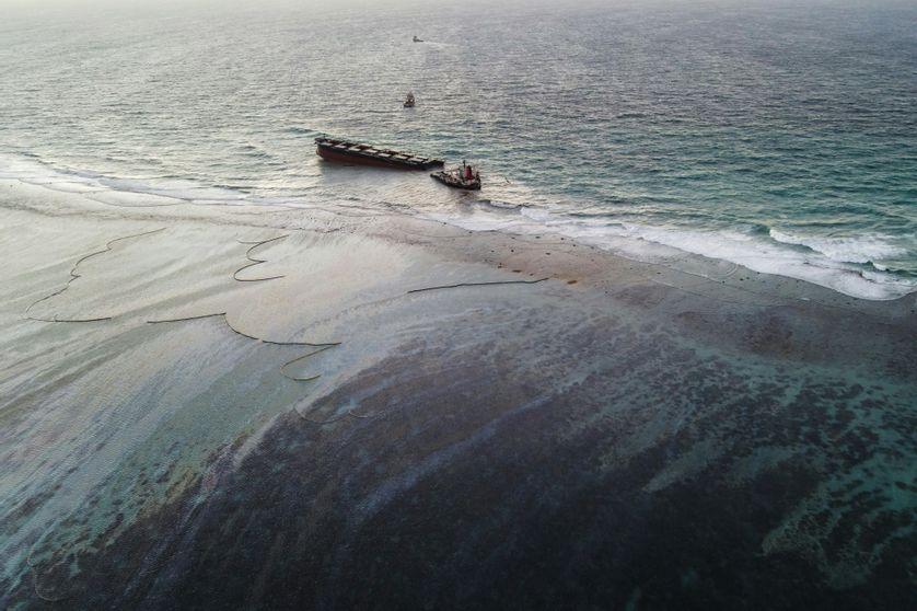 Photo aérienne prise le 16 août 2020 qui montre le vraquier MV Wakashio qui s'est échoué et s'est brisé en deux parties à l'île Maurice. Le navire a laissé échappé plus de 1000 tonnes de pétrole.