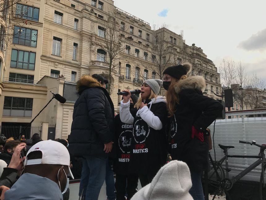 Sofia Chouviat, la fille de Cédric, exhorte les manifestants à marcher dans le calme.
